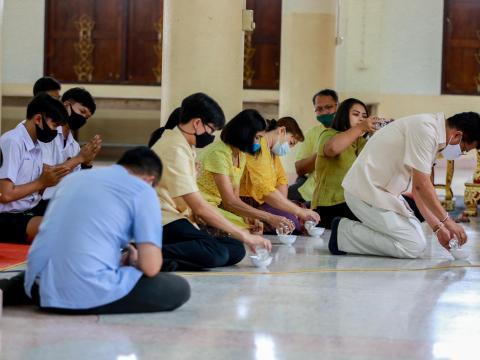ผู้บริหาร คณะครูและนักเรียน ร่วมมอบเทียนเนื่องในวันอาสาฬหบูชา