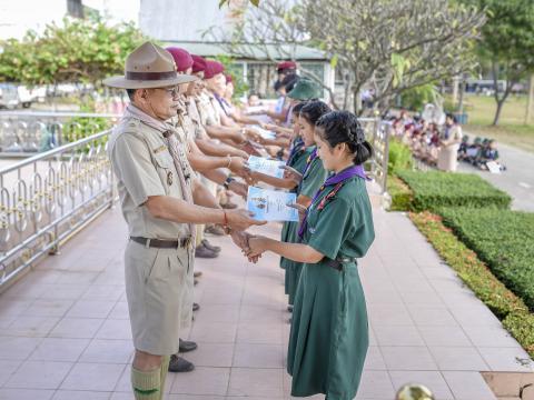 มอบเกียรติบัตรตัวแทนนักเรียนร่วมกิจกรรมงานประเพณีอุ้มพระดำน้ำ 25